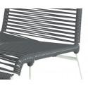 detaille de silla estructura blanca trensada Gris