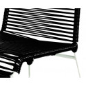 detaille de silla estructura blanca trensada Negra